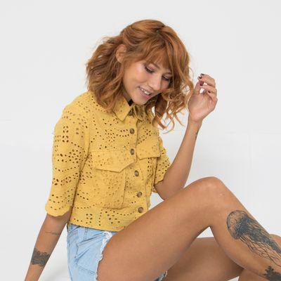 Camisa-Cropped-de-Laise-Lady-Rock-com-Botoes-Mostarda-Frente
